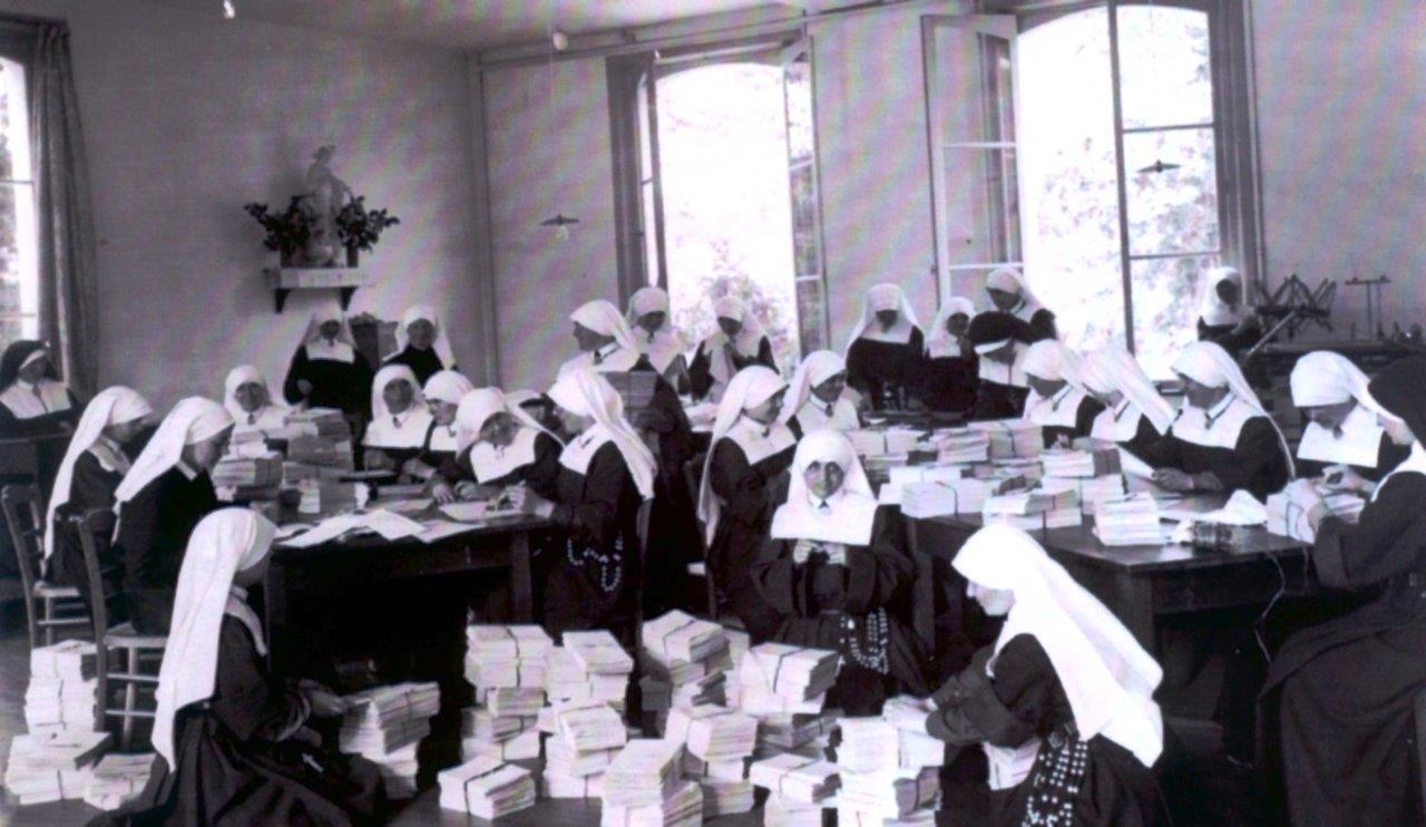 08_en_1935_le_travail_ne_manque_pas_pour_emballer_les_revues_de_la_congregation
