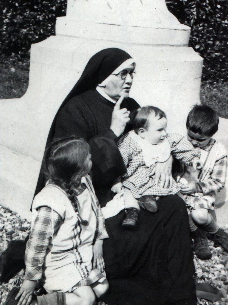 13_en_-1940_la_fondatrice_accueille_des_orphelins